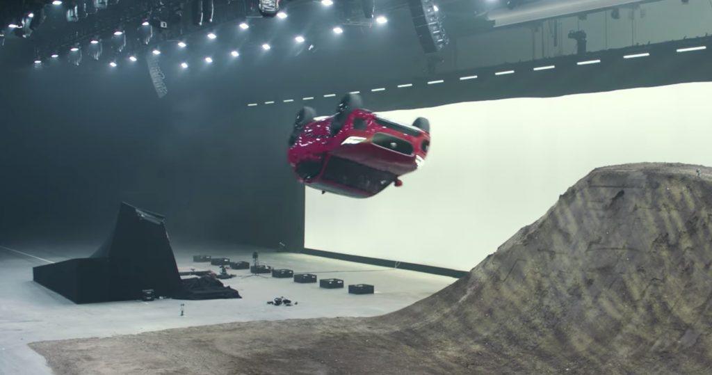 【ギネス記録】CG一切なし!空中で一回転するジャガーの新型SUVの運動性能がスゴい!!