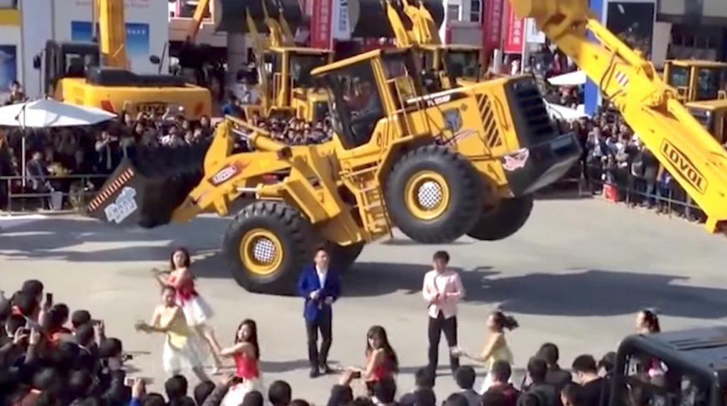【神技】重機でダンス!CGかと目を疑うレベルのアクロバティック走行が凄い!