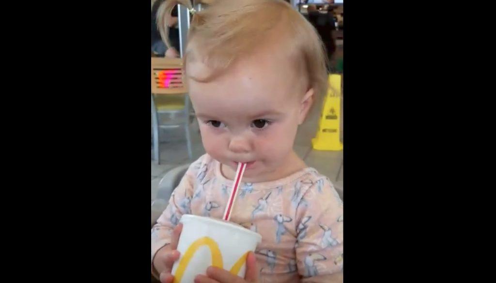 初めてコーラを飲んだ赤ちゃんが最高のリアクションを見せてくれた笑