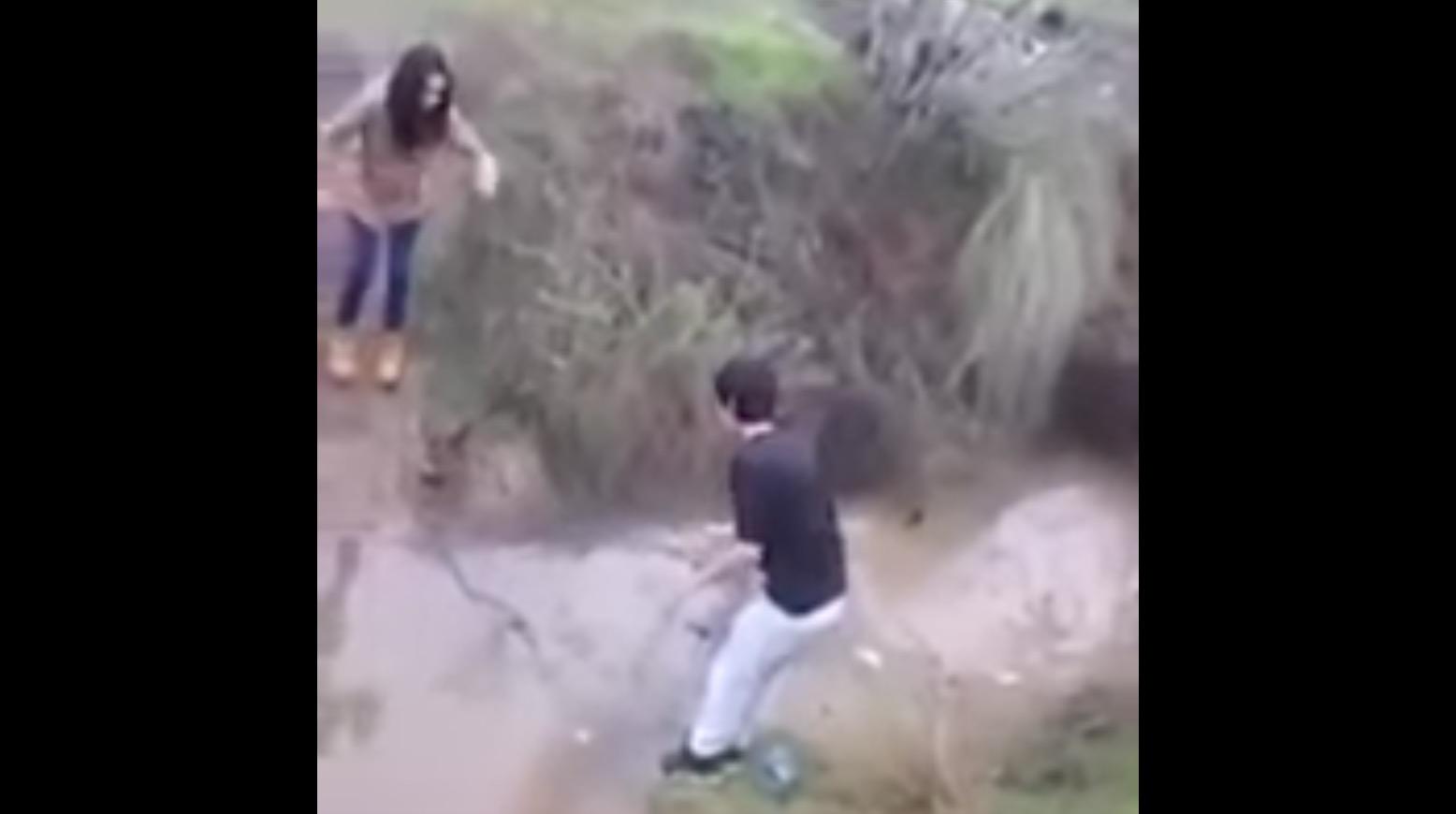 男の鏡!女性が川で濡れないように男性が「橋」となる!