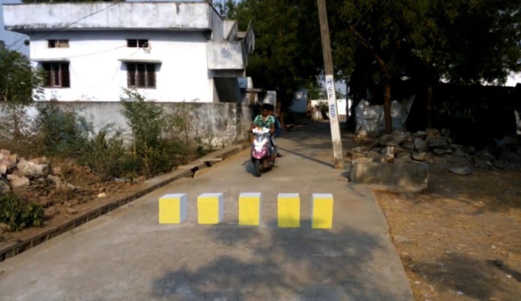 思わず減速、、インドの3D路面標示がリアルすぎる!