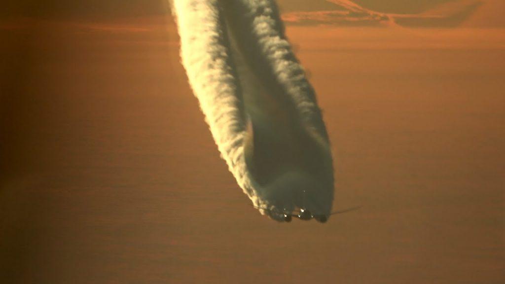 隕石がゆっくり落ちてきた?!湿度の高い日の「飛行機雲」が幻想的すぎる!!