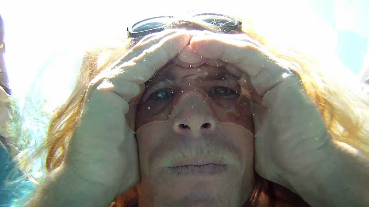 【裏技】手で水中に空間を作る「エア水中ゴーグル」で、水中を鮮明に見渡せるようになる!