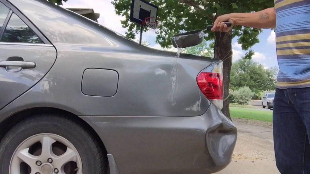 沸騰したお湯を使って車のへこみを直す動画が海外で話題に!