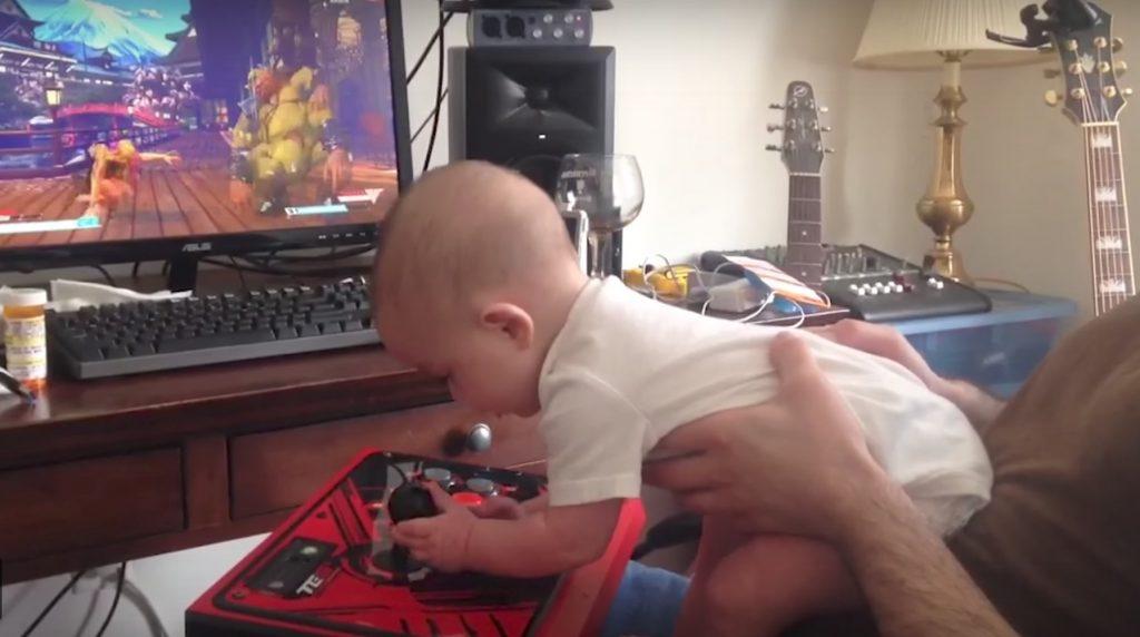 【天才?】格闘ゲームで適当にボタンを押して3連続KOする赤ちゃんが凄い笑