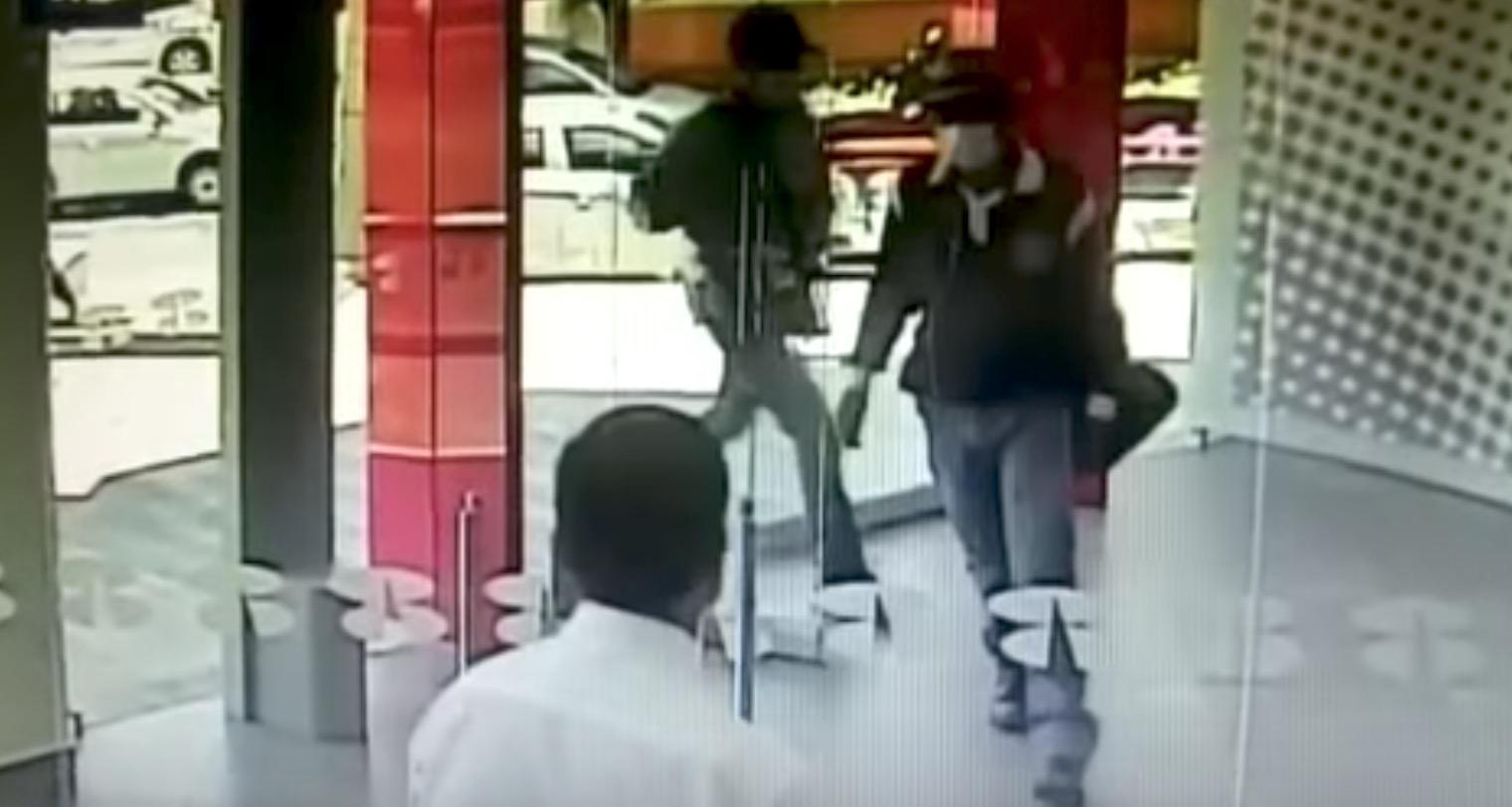 コントかい、、銀行強盗がスマートすぎる方法で追い返される笑