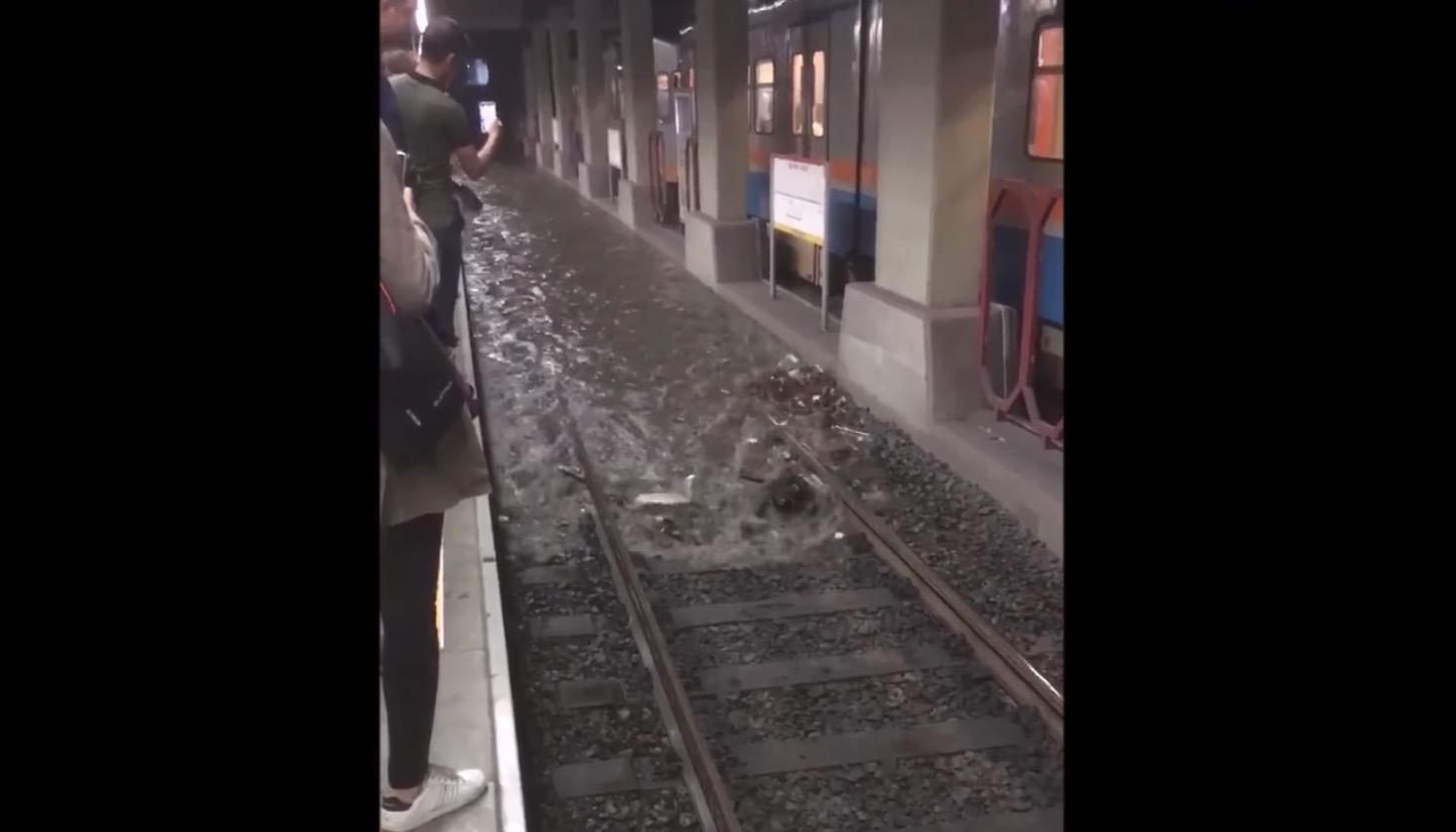 これは怖い、、大雨で地下鉄に水が流れ込んできた!