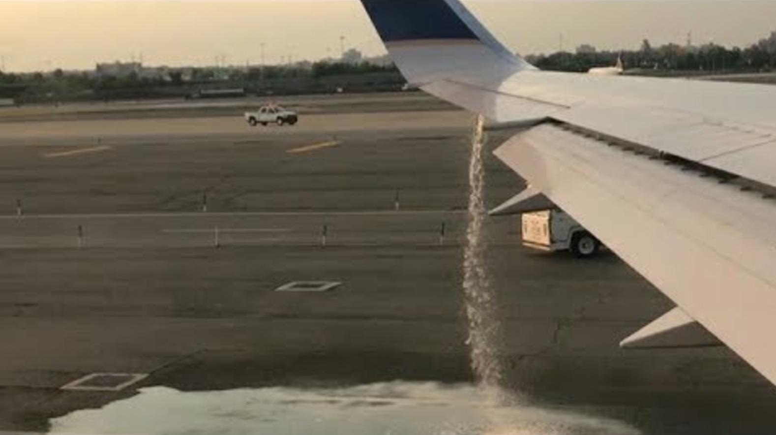 ユナイテッド航空機の翼から燃料が盛大に漏れているのを乗客が発見! 関係者は誰も気づかず。。