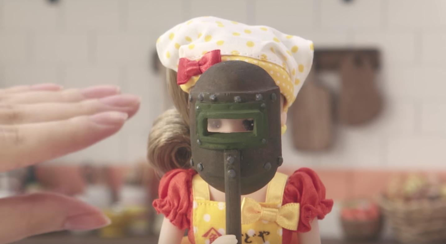 なんで溶接マスク!?リカちゃんのぶっ飛んだ料理番組がスタート笑