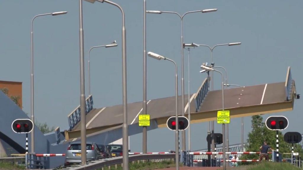 こんな開き方のする「跳ね橋」見たことない!オランダの可動橋が凄い
