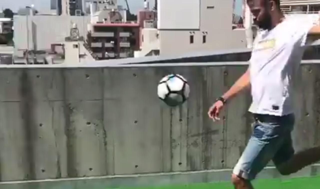 日本を訪れている「FCバルセロナ」のピケ選手が、ビルの屋上からボールを地上に思い切り蹴り飛ばす動画が炎上!