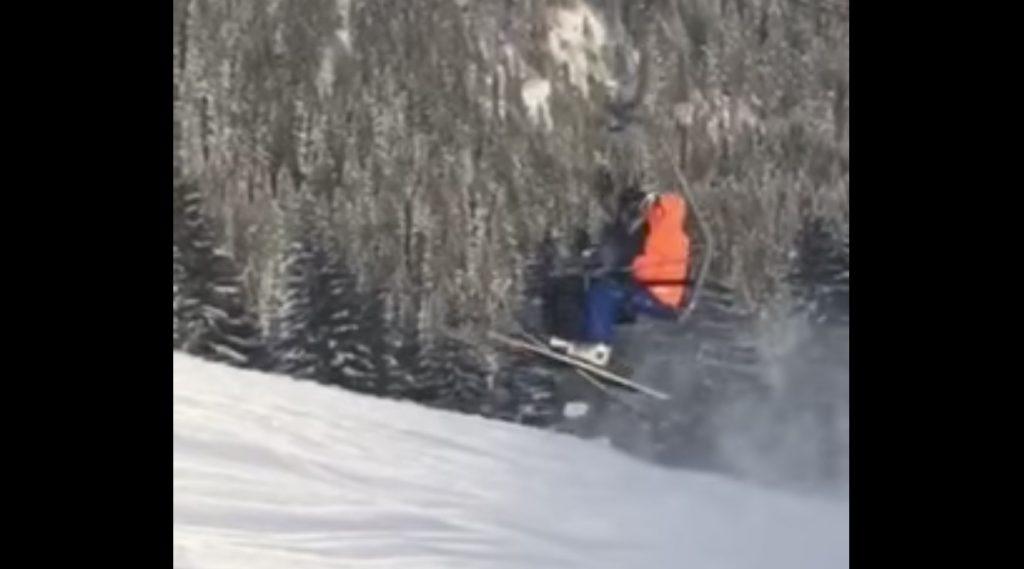 リフトが故障し停止した場所が不運すぎたスキーヤー(汗