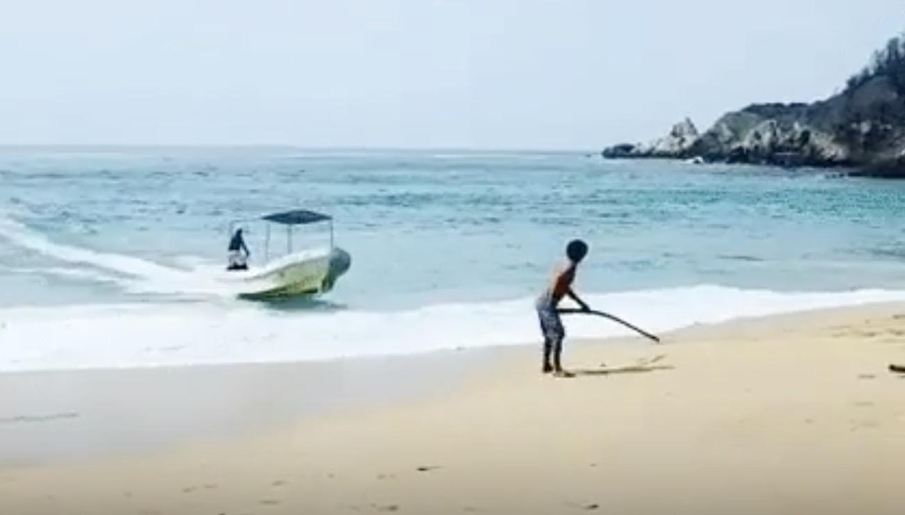 【神技】高速で海岸に向かってくるボート。少年と息ピッタリの神技で「駐船」