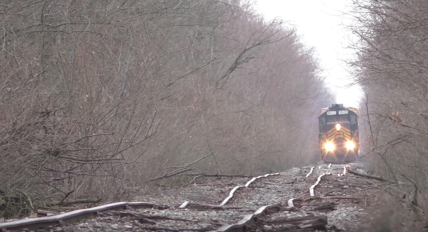ボコボコに歪んだ線路。すると向こうから列車がやって来た、、