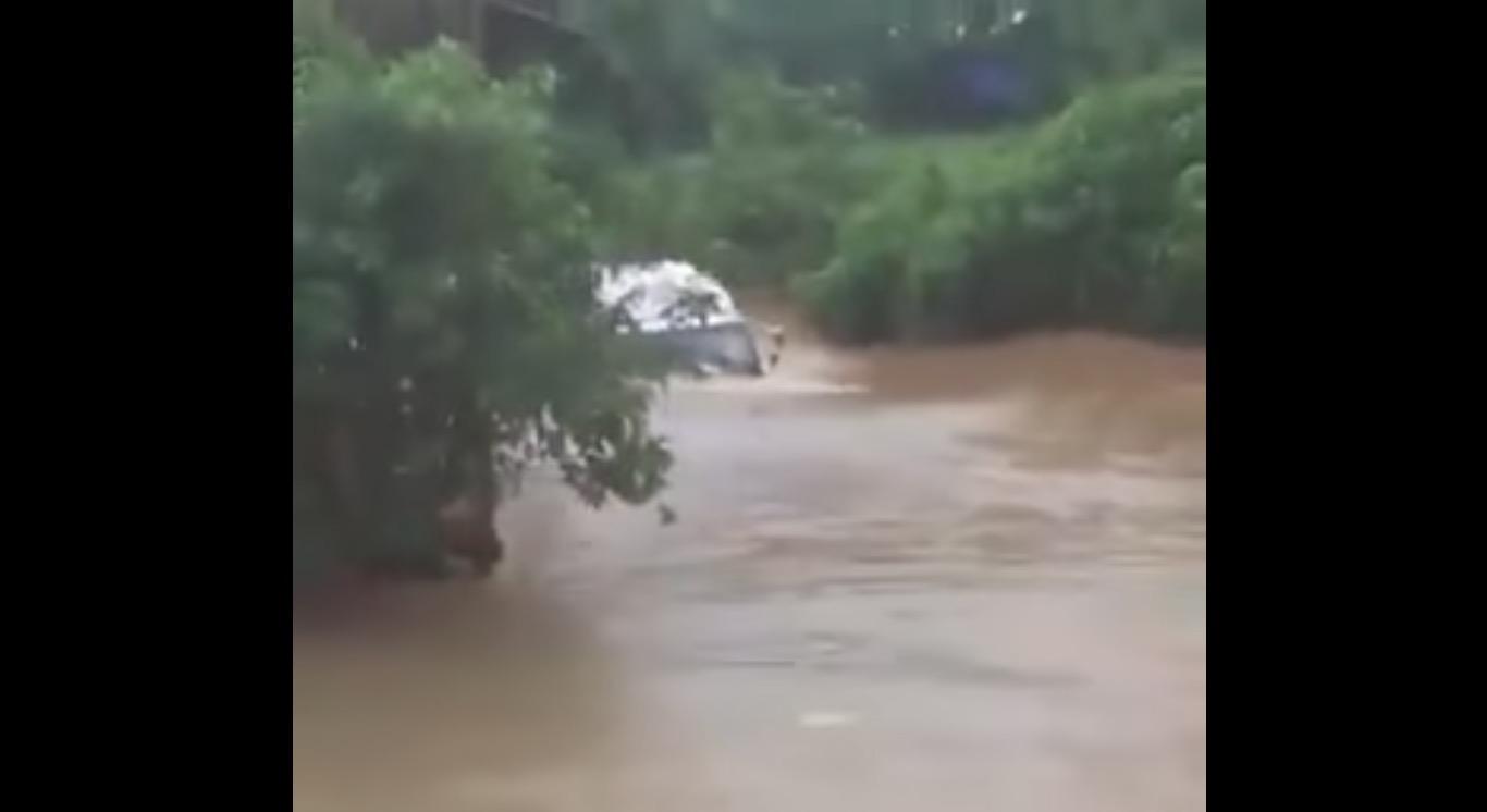船じゃないんだから、、洪水の中をトラックが泳いできた!