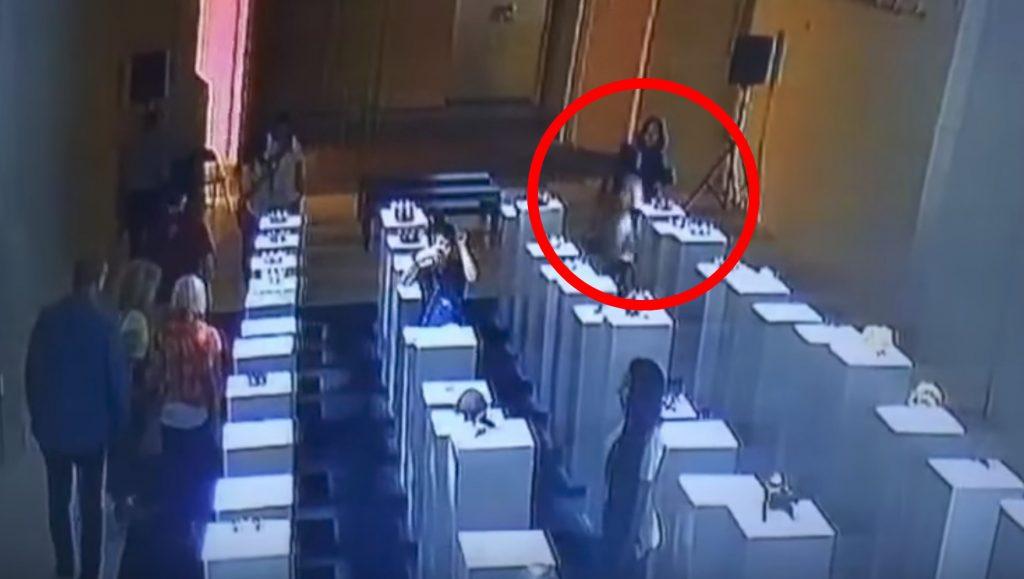 美術館で自撮りしようとした女性が、美術品をドミノ倒しに。。