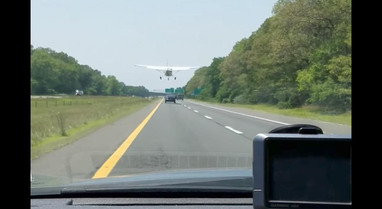高速を走行中、目の前に小型機がまさかの緊急着陸!!