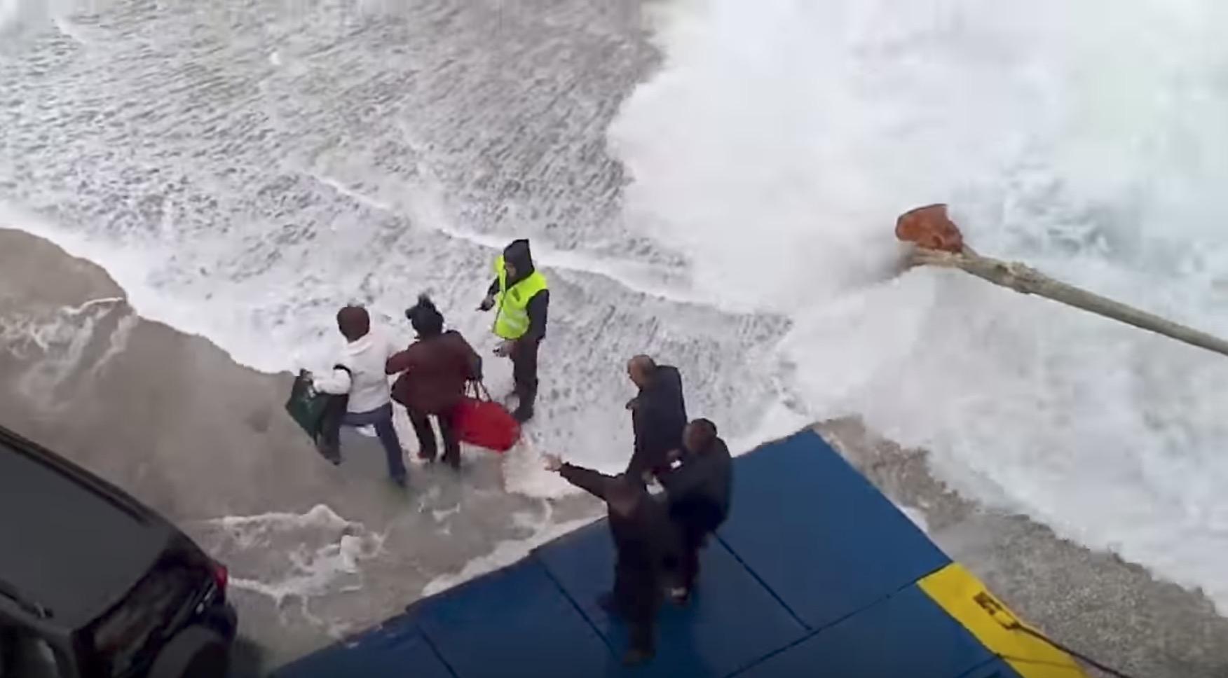 海が大荒れの時のフェリーの乗り降りは命がけ、、見ているだけでハラハラする。。