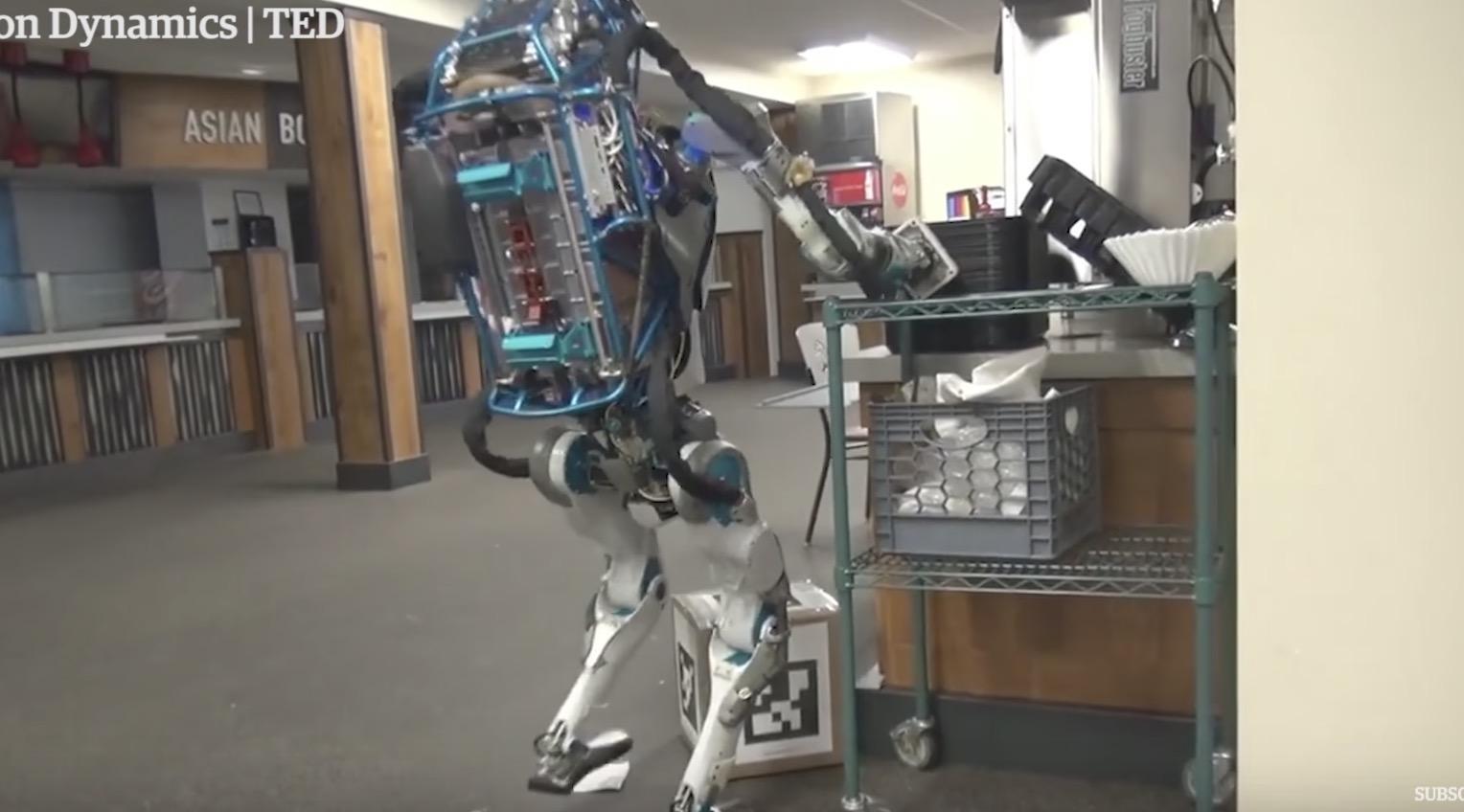 お手伝いロボットが荷物を落としてパニックに笑