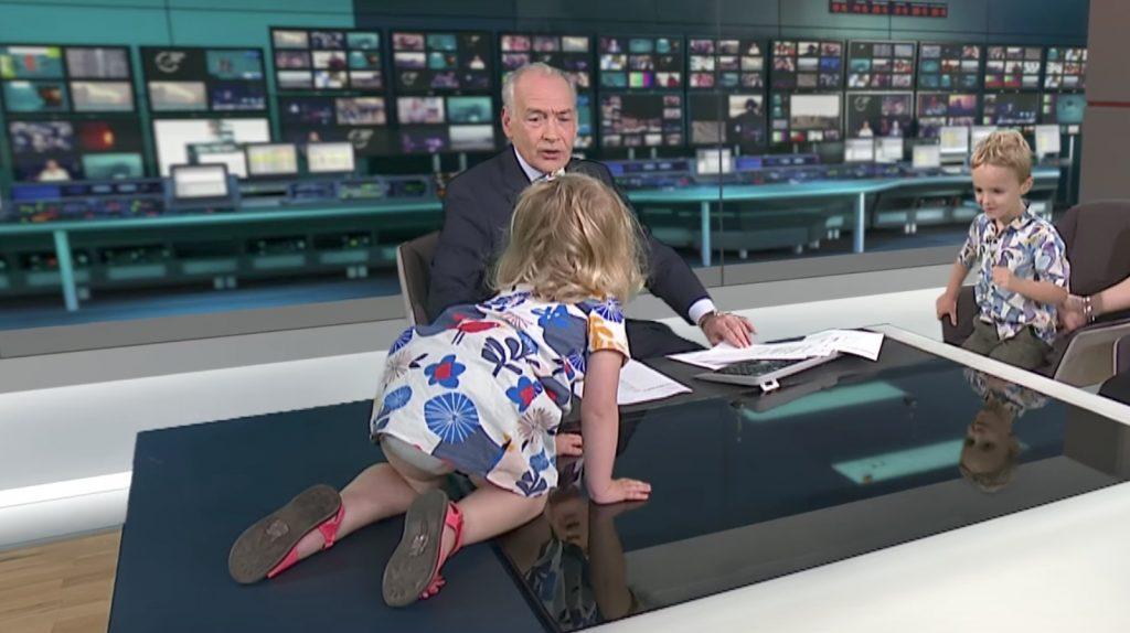 ニュースの生放送中に少女がやりたい放題!ベテランキャスターの手腕が絶賛される