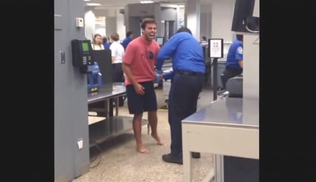 「くすぐり」に弱い人が空港の身体検査で爆笑