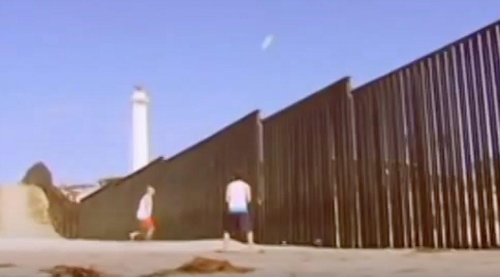 アメリカとメキシコ国境の壁越しにバレーボール対決。スポーツに国境はない
