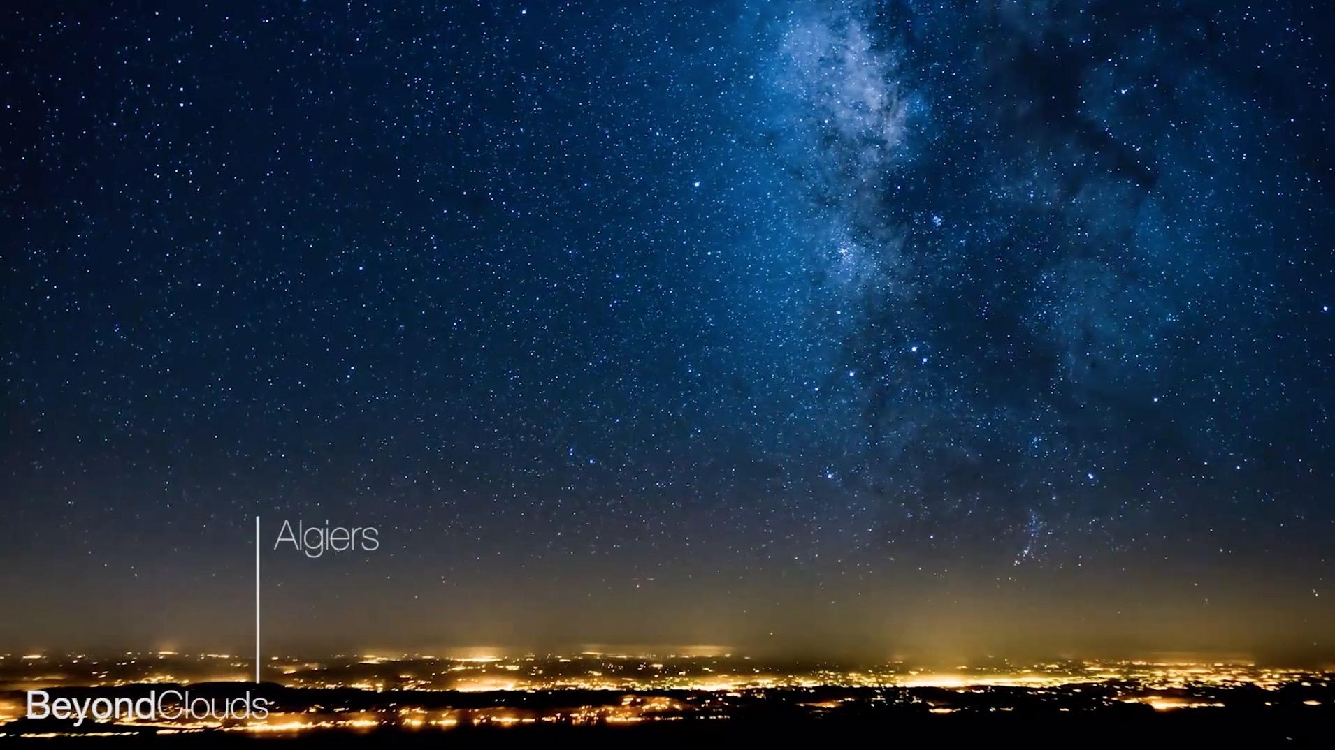 こんなに鮮明な天の川が、、夜間飛行のコックピットからの景色がまるで宇宙遊泳をしているよう