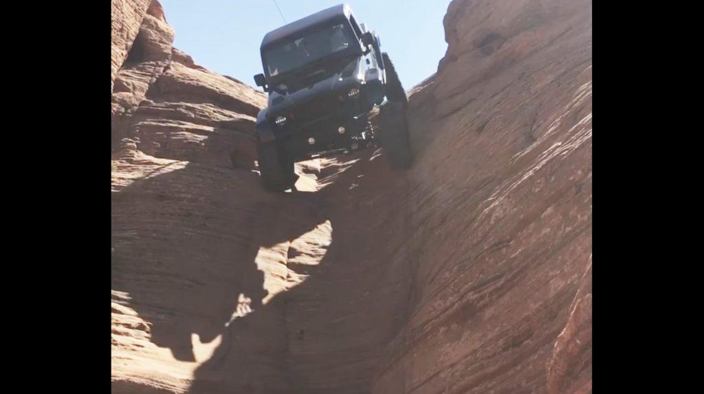 ほぼ垂直の岩肌を降りるジープが凄い!!