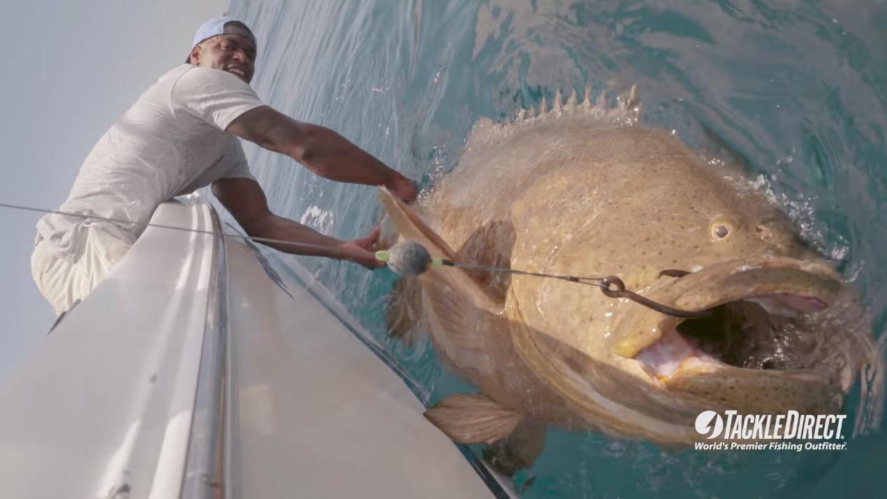 NFLの選手が釣りに挑戦!とんでもない大物が釣れる!