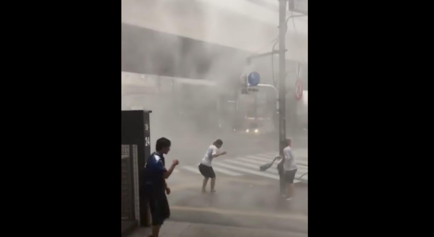 駒沢大学駅前で撮影された風雨の速度がヤバい!