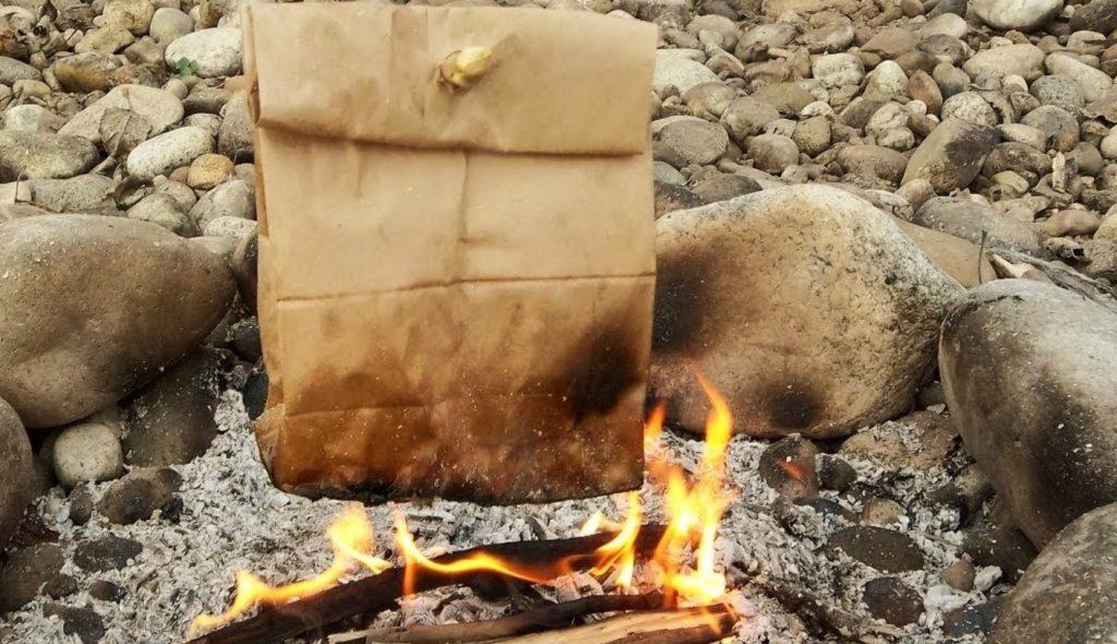 【サバイバル】紙袋でベーコンエッグを作る方法!