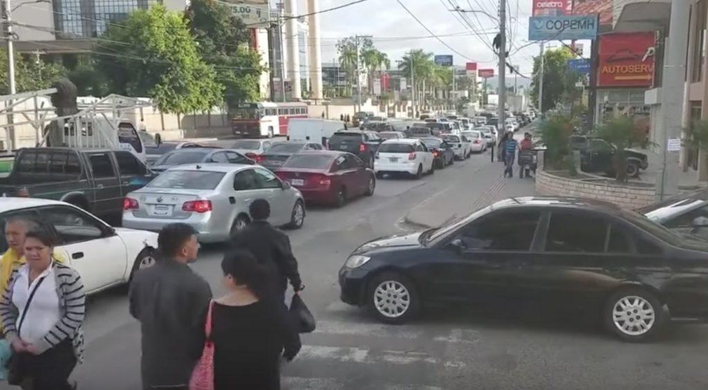 横断歩道上に止まった車に対し歩行者たちが取った対応がヤバい。。
