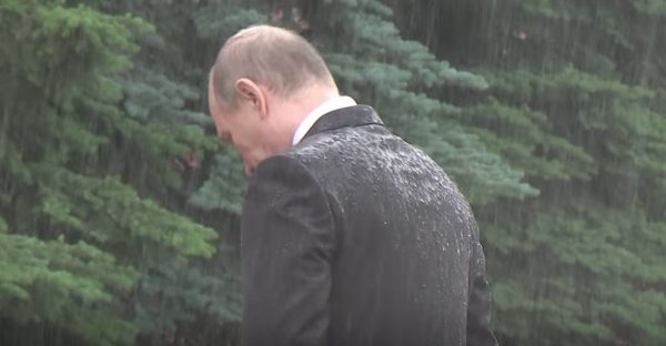 「無名戦士の墓」での式典に大雨の中ずぶ濡れで出席したプーチン大統領。その理由が「素晴らしいリーダーシップ」と絶賛される