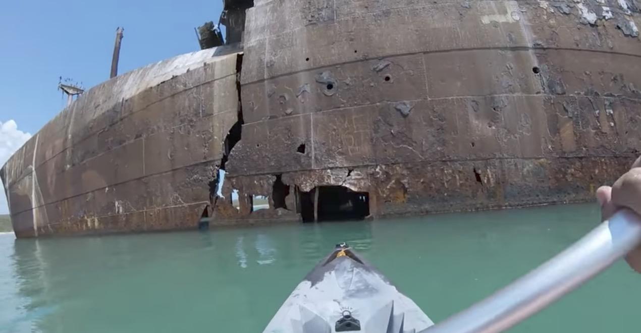 【廃船】朽ち果てた座礁船の内部にカヤックで入った動画がたまらない!