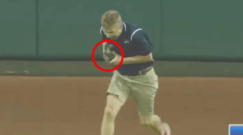 メジャーリーグの試合中に子猫が乱入!優しいお兄さんが引っ掻かれながら救出