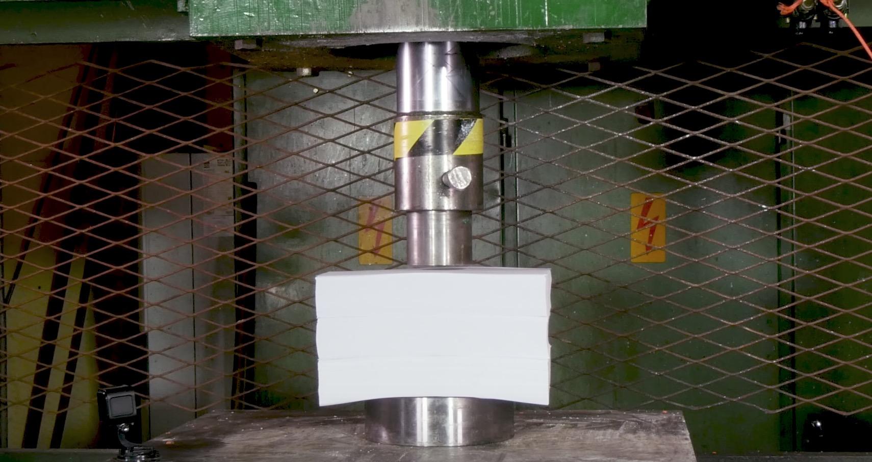 コピー用紙を油圧プレスで潰したら、爆発して木っ端微塵に!