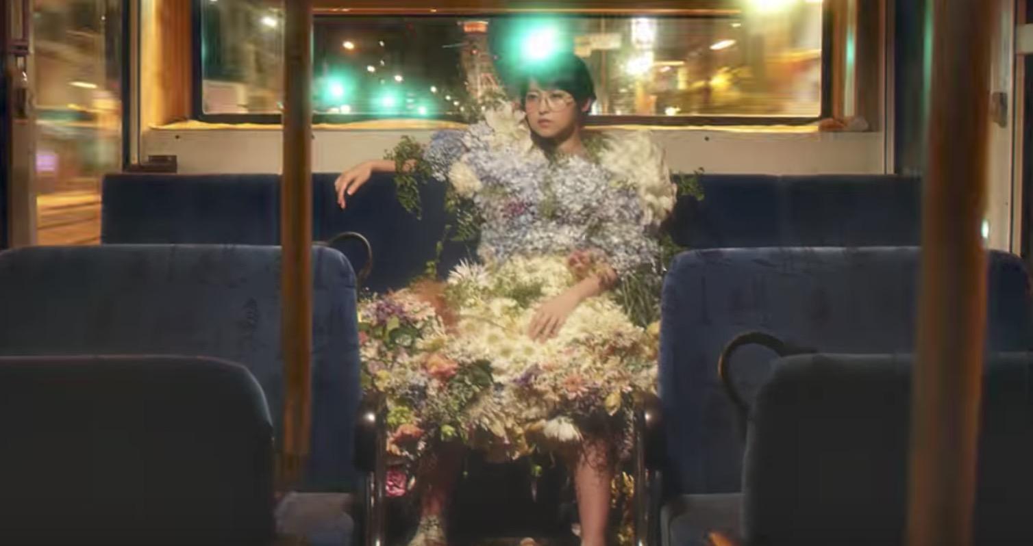 本物の花のドレスが枯れ腐るまでをワンカット撮影した映像がスゴい!伊藤万理華さん(乃木坂46)が出演