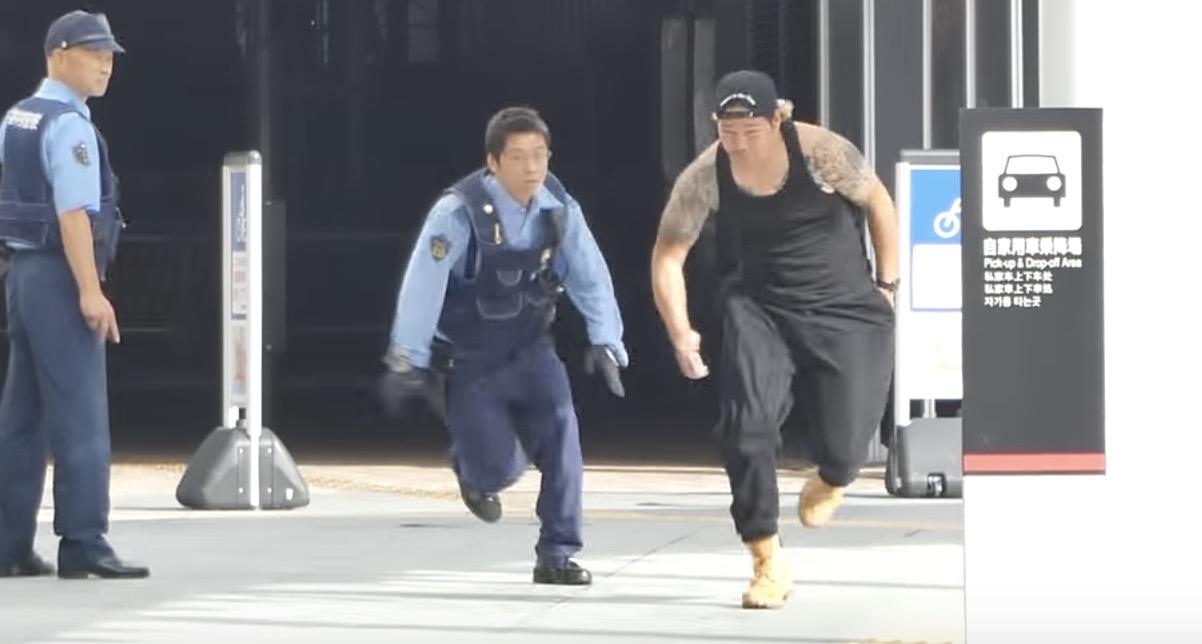やりすぎ。。警察官の前で「白い粉(グラニュー糖)」を落として逃走するユーチューバー