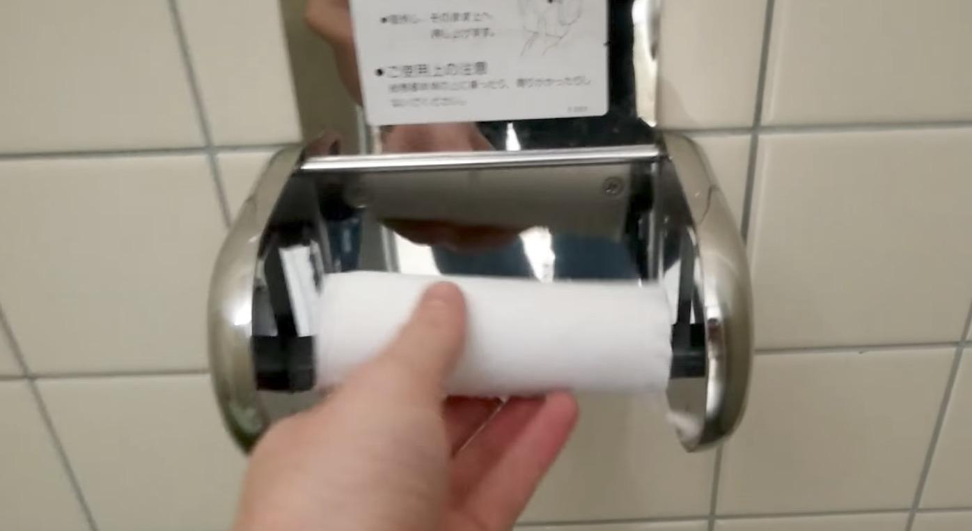 日本では当たり前のトイレットペーパーホルダーが海外で話題に!「天才だ」「魔法!」「日本は別次元だな!」