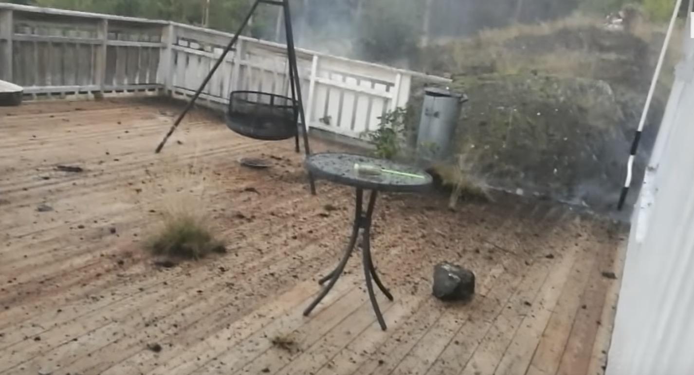 雷が目の前に落下!コンクリートの地面が破壊され、黒く焼け焦げる