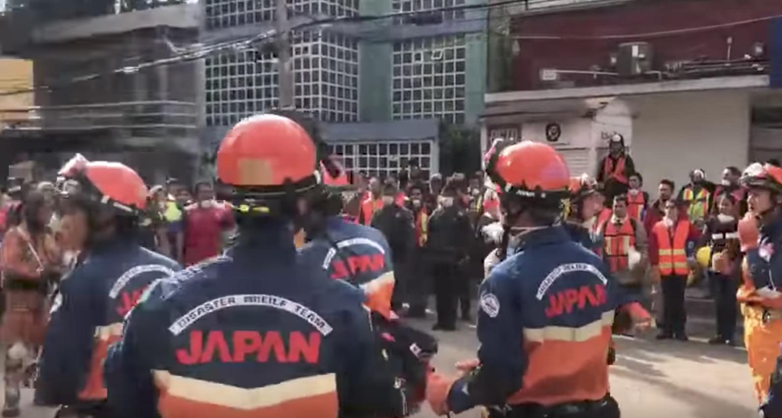 メキシコ地震で活動していた日本の救助チームが、人々から「日本式」で感謝の気持ちを贈られる