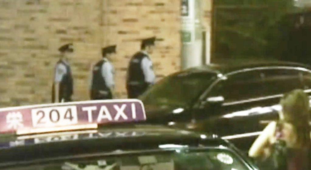 ミニバイクは切符を切って、怖そうな車はスルーする警官3人組