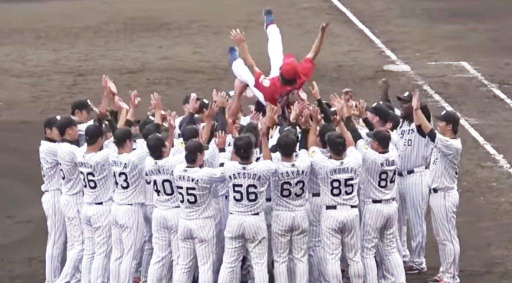 阪神の選手たちが広島の引退選手を胴上げ!「日の丸胴上げ」と話題に!