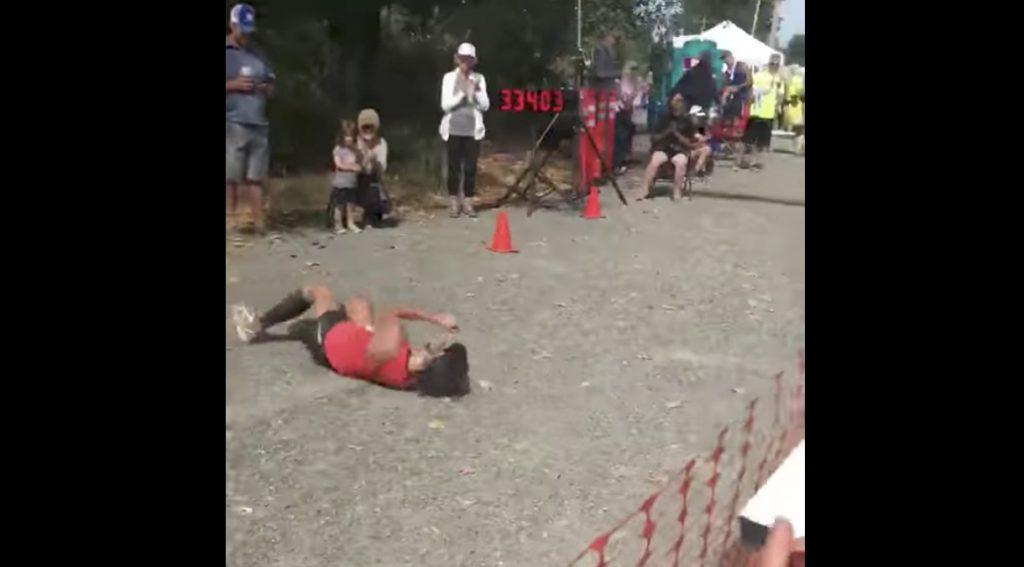 ゴール直前で力尽きた女性ランナーが前代未聞、執念のゴールで大絶賛される!