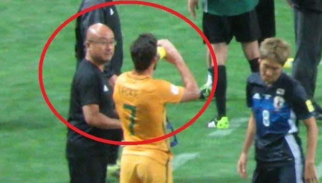 【フェアプレー】日本代表のトレーナーが、W杯出場をかけた試合で敵チームの選手にドリンクを渡し話題に!