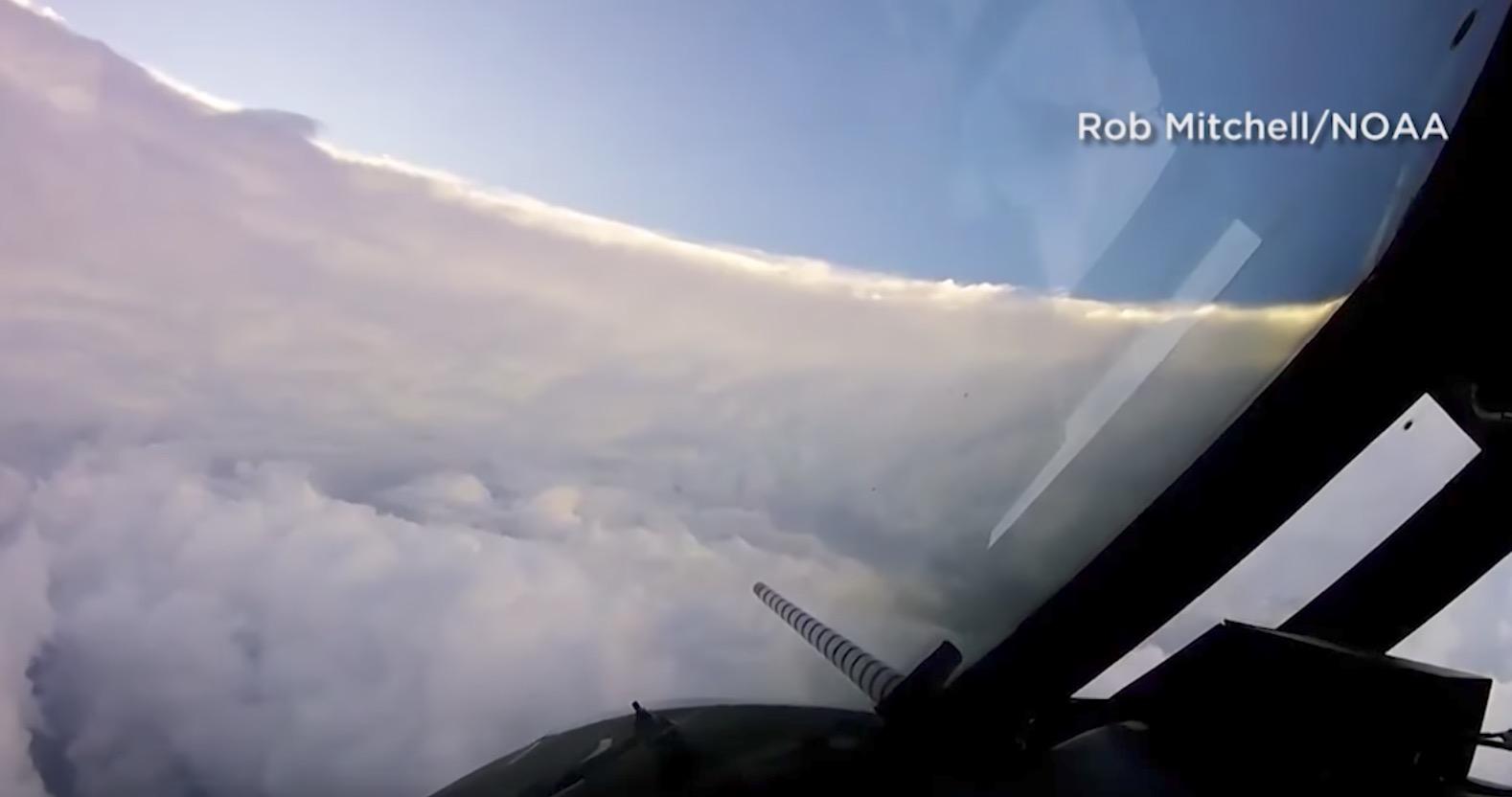 アメリカで猛威を振るう観測史上最大級のハリケーン「イルマ」の「目」に飛行機で行ってみた!!