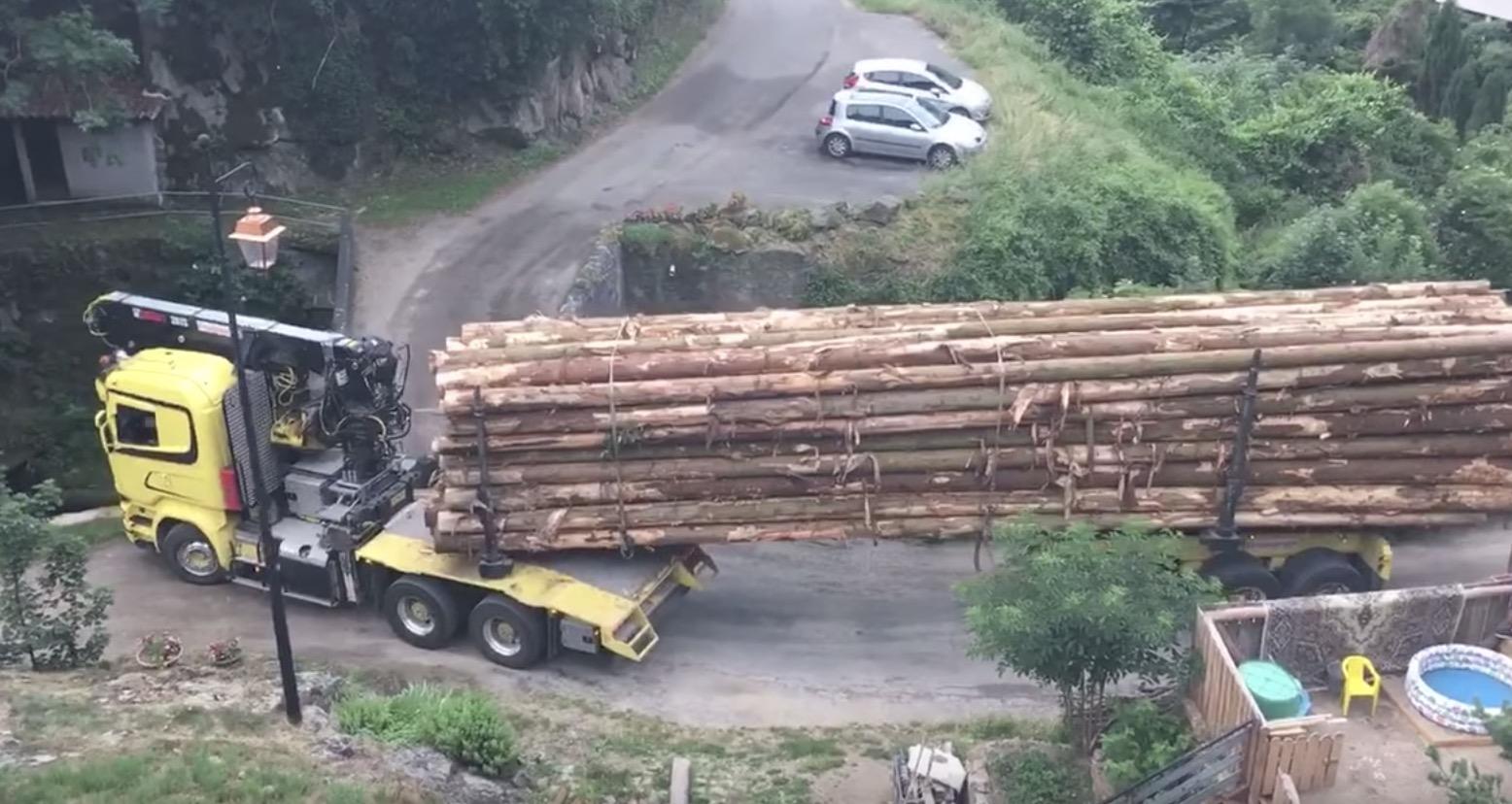 【神技】絶対渡れなそうな橋を素晴らしいテクニックで渡るトラックが凄い!!