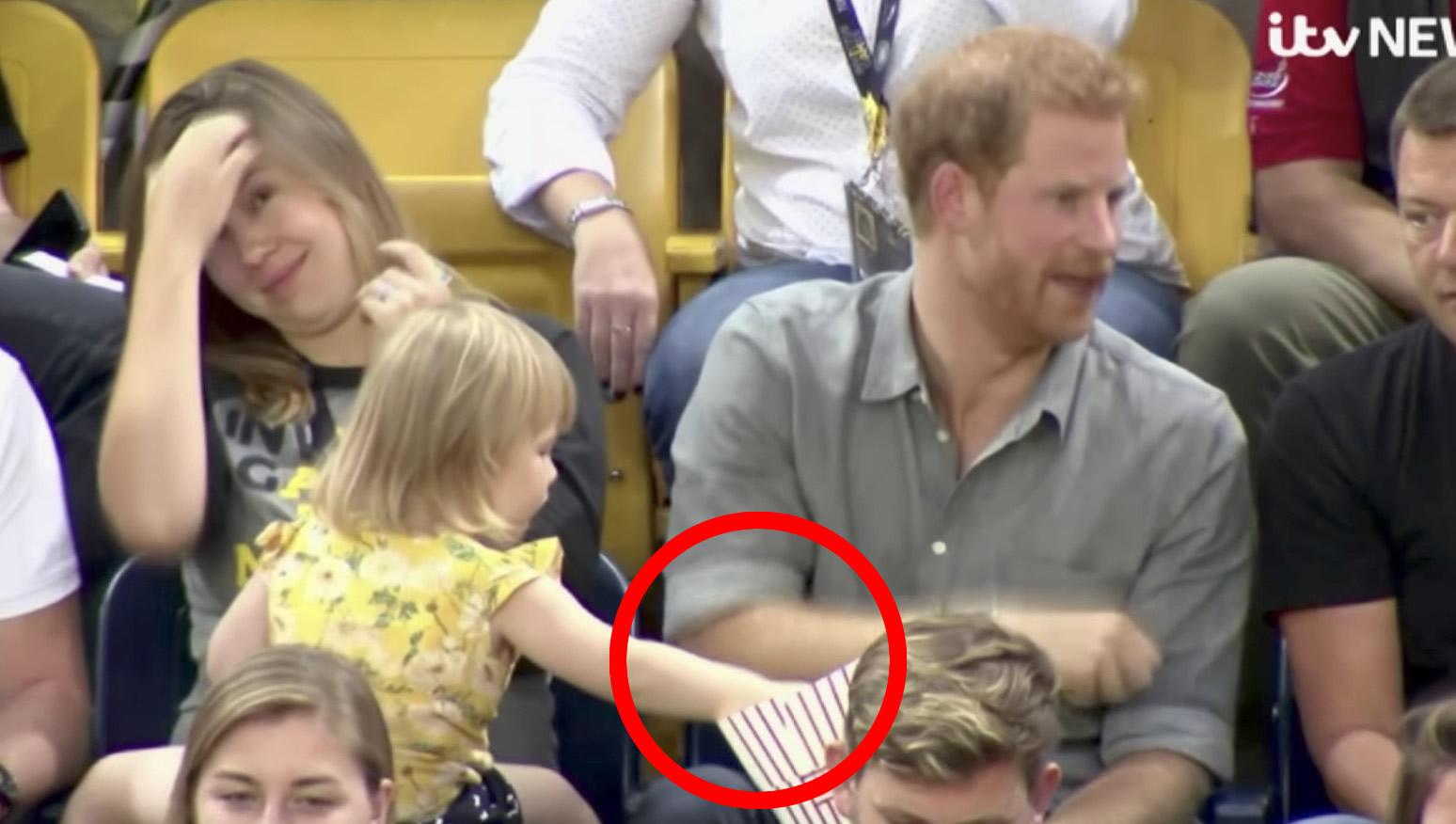 ヘンリー王子のポップコーンを盗み食いする少女。それに気づいた王子の優しさが滲み出た対応が話題に