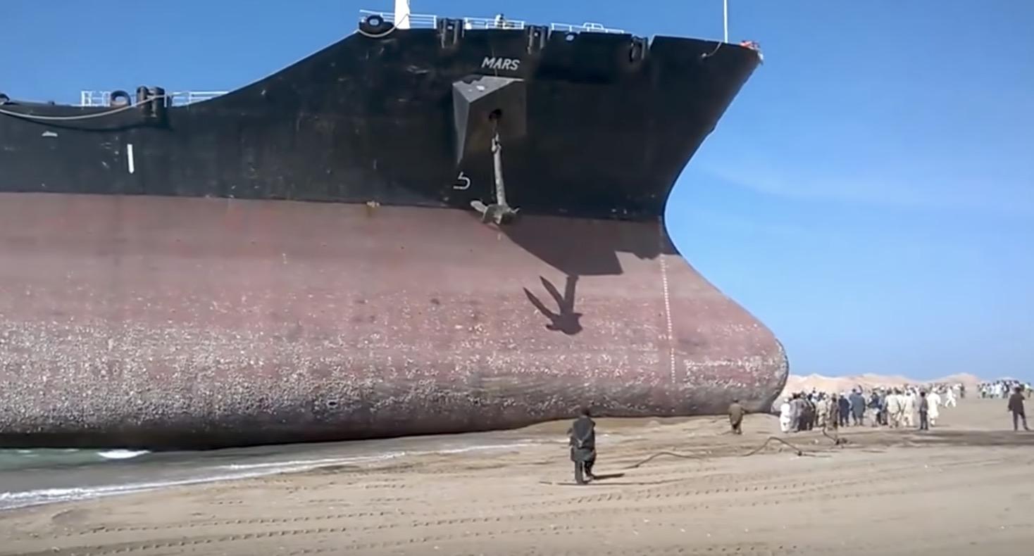 砂浜に向かってきた巨大貨物船がそのまま座礁。。