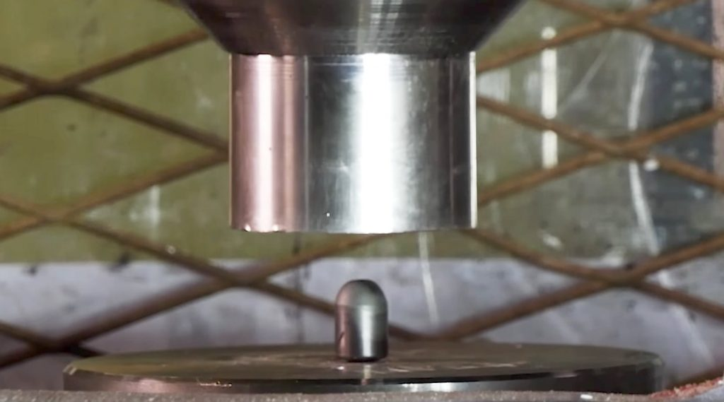 非常に硬く重い「タングステン」を油圧プレスで潰したら「タングステン」圧勝!